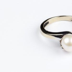 White pearlring for the bride.